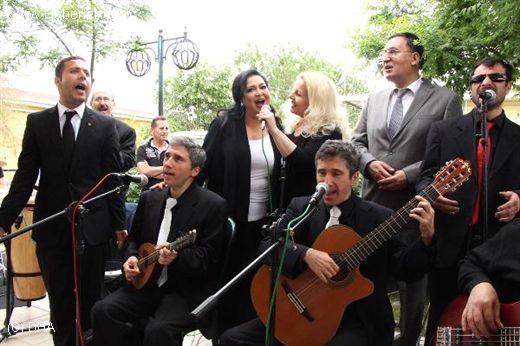 Türkân Şoray E_O ile birlikte şarkı söylüyor