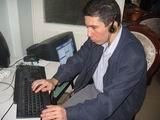 Kerim Altınok bilgisayarda klavye kullanıyor