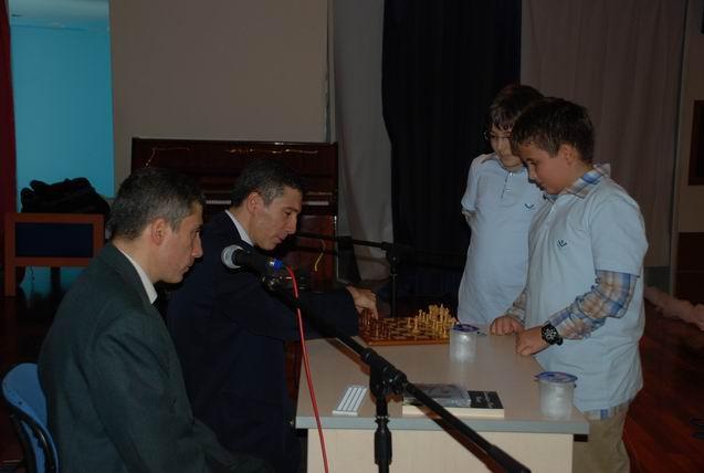 İstek Bilge Kağan Okulları,öğrencilerle satranç tahtası başında Kerim ve Selim Altınok