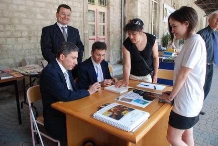 Selim-Kerim Altınok Saint Benoît Lisesi,öğrencilerine Kitap,CD imzalarken