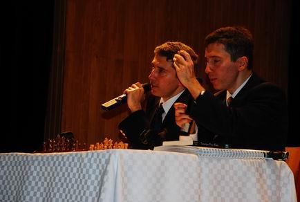 Saint Benoît Lisesi Konferansında Selim-Kerim Altınok,satranç taşlarını gösteriyor