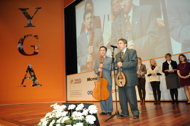 Lütfi Kırdar,YGA Liderlik Zirvesi Kerim-Selim Sahnede enstrümanlarıyla