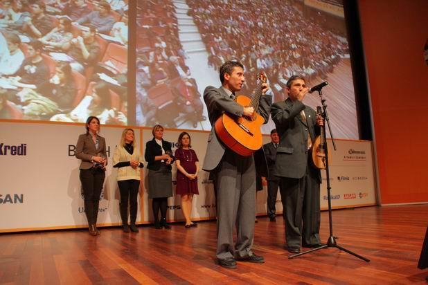 Lütfi Kırdar Kongre Merkezi YGA Liderlik Zirvesi Kerim-Selim enstrümanlarıyla sahnede