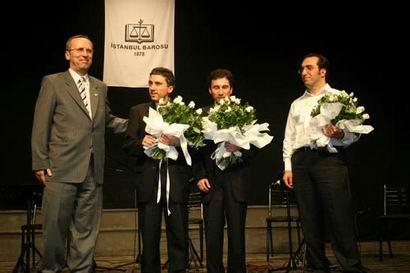 İstanbul Barosu Türkü Gecesi Konser sonrası Kerim ve Selim Altınok'a çiçek verilirken