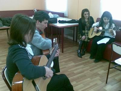 Kerim Altınok gitar kursunda öğrencileri ile