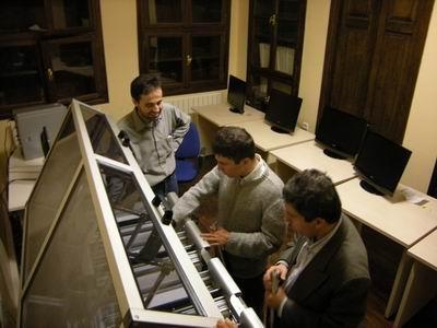 Braille Printer'ı inceleyen Kerim- Selim