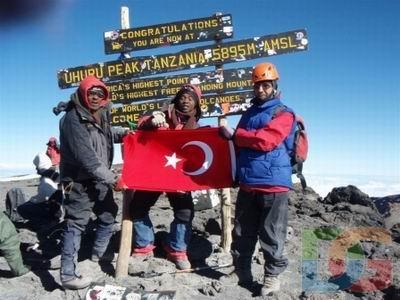 Klimanjaro'nun zirvesinde Necdet Turhan,Türk Bayrağı ile
