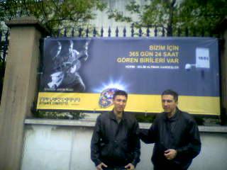 Fotograflarıyla hazırlanmış afişin önünde Kerim ve Selim