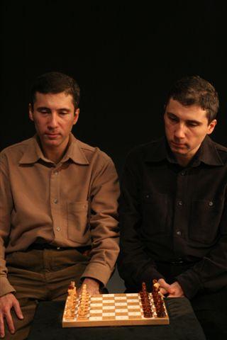 Kerim ve Selim Altınok satranç tahtası başında Serdar Bilgili objektifinden