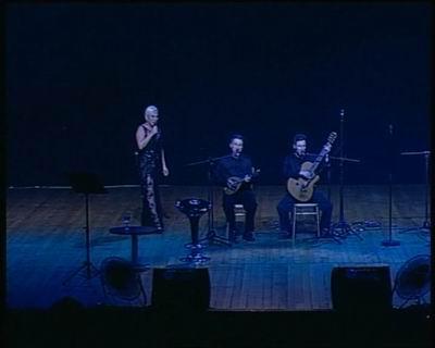 Kerim,şarkısını söylerken,Sezen Aksu'nun eşlik ederek alkışlarla sahneye gelişi