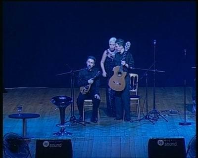 Selim sandalyede mikrofonda,Sezen Aksu ve Kerim ayakta