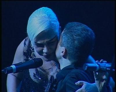 Sezen Aksu,Selim Altınok'u şarkı bitiminde sahnede öperek kutlarken