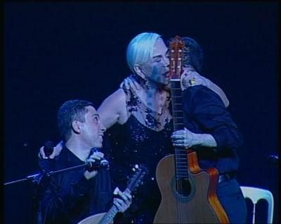 Sezen Aksu,Kerim Altınok'u şarkı bitiminde sahnede öperek kutlarken