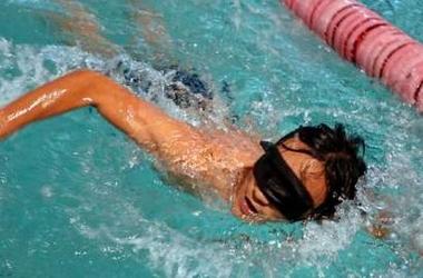 Serbest Stil yüzme müsabakasında görme engelli bir erkek yüzücü