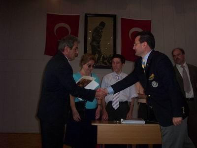 Türkan Sabancı Körler okulu Kabartma Satranç Kitabı hediye etme töreni