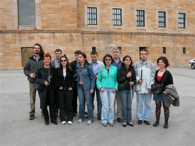 Koro üyeleri Anıt Kabir'de